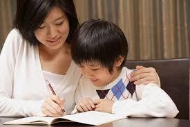 Thuê giúp việc trông trẻ hay cho con đi nhà trẻ ?