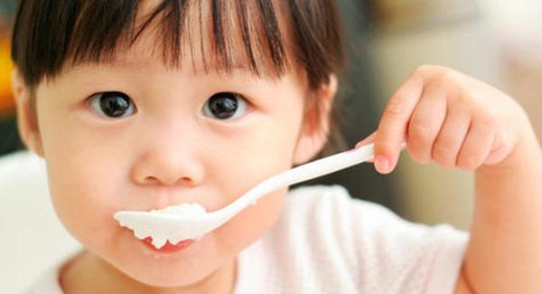 Mách cho các mẹ bỉm sữa cho bé ăn sữa chua tốt nhất